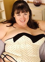 free bbw pics Fat housewife posing in...