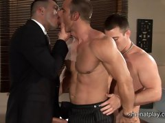 Muscle studs fucking their hot asses in 3 way
