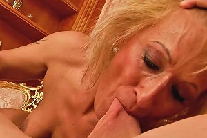 Mature Woman With Filrhy Mind Is Sucking Dick Deepthroat While Riding Like Crazy