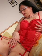 This horny mature slut loves to play with her pussy