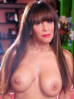 hot mature slut gets her ass fucked!
