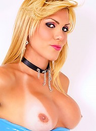 Blonde tranny Kanandra Hickman shows off in latex